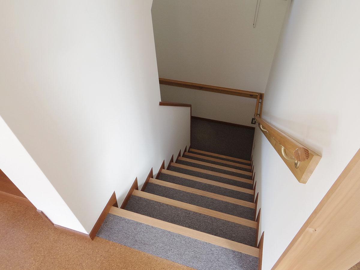 階段はカーペット敷き