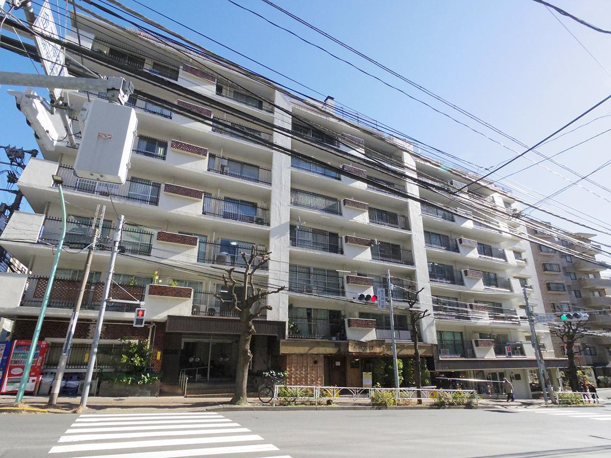 八幡通り沿いに立つレトロマンション