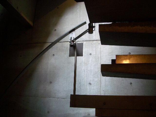 共用の階段。ちなみに1階と地下2階の2カ所に入り口がある
