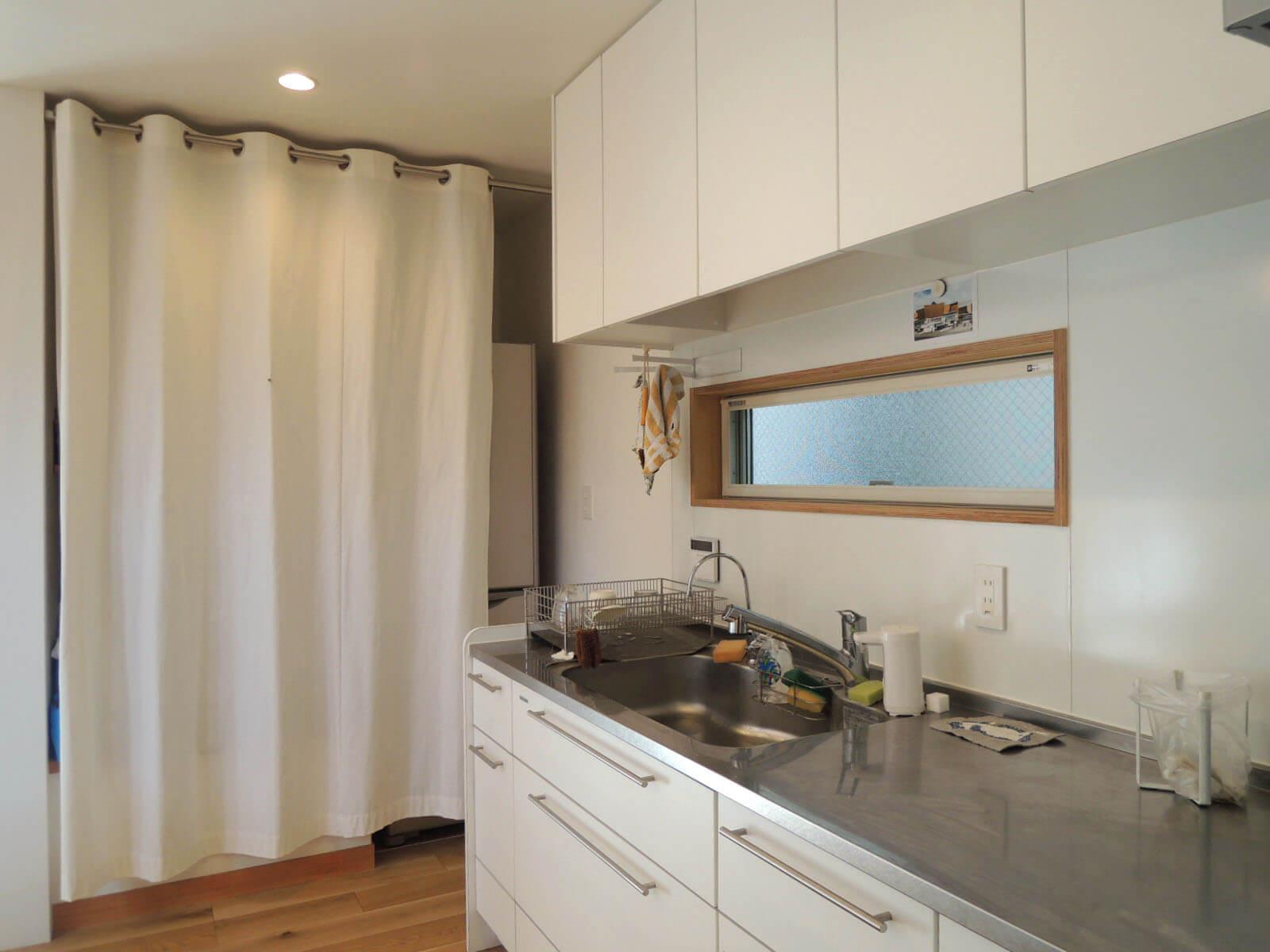 冷蔵庫や食品ストックはカーテン奥へスマートに。