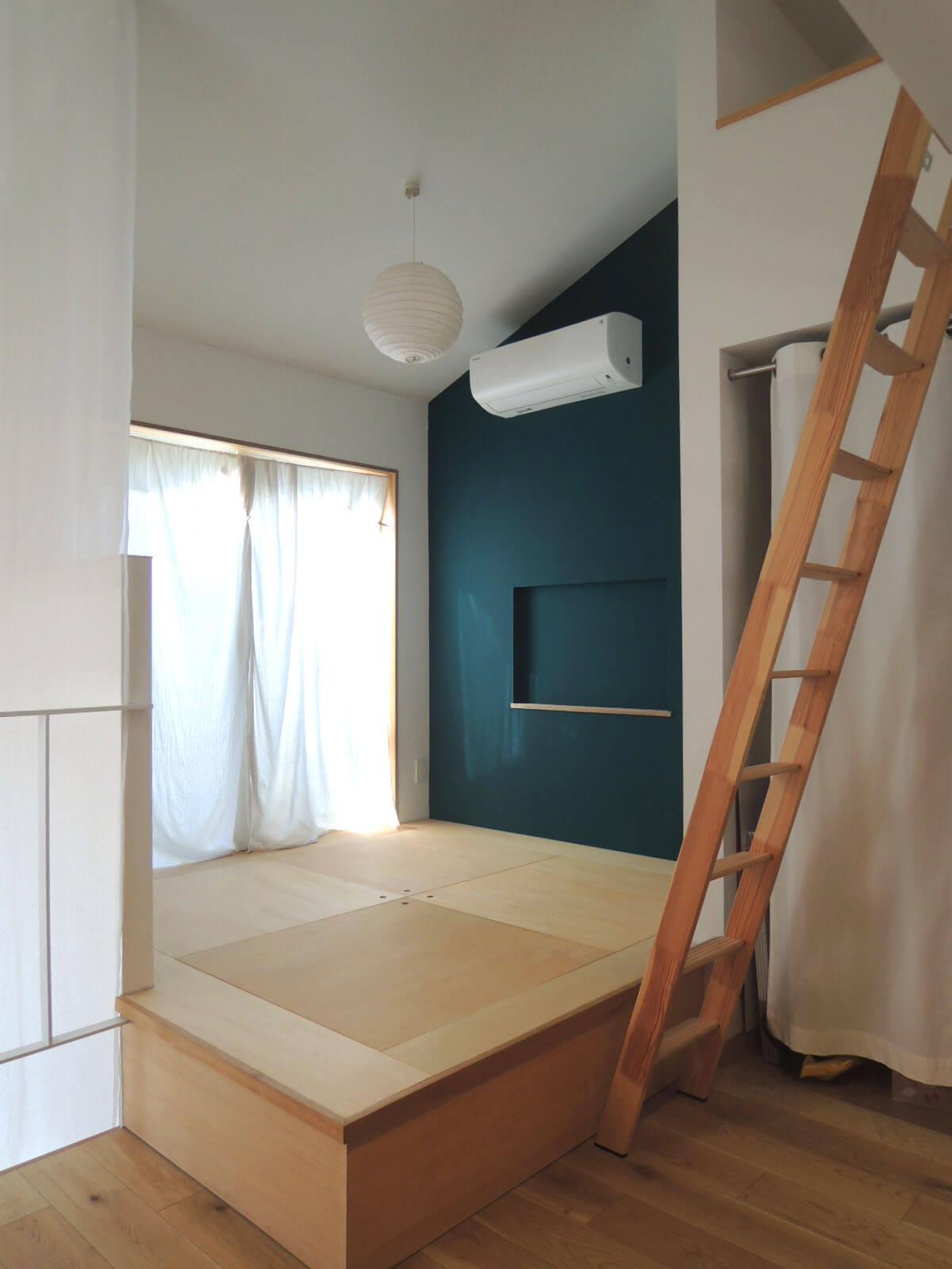 3階は天井が高く開放感あり。ふとんかマットレスを敷いて小上がりを寝床に。