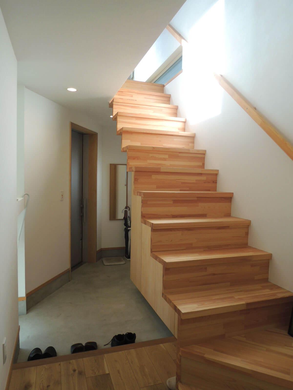 階段下は余すことなく下駄箱に。土間部分は自転車を入れることも