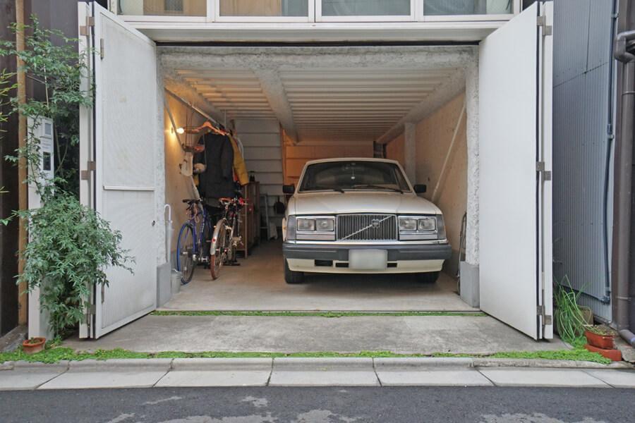 1階の扉はこんな感じで開け放つことが可能。オーナーさんは駐車スペースに使用しています