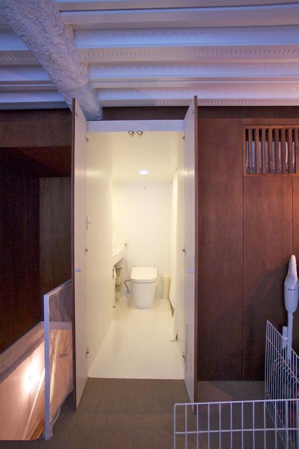 扉を開けると白く清潔感のある水回り