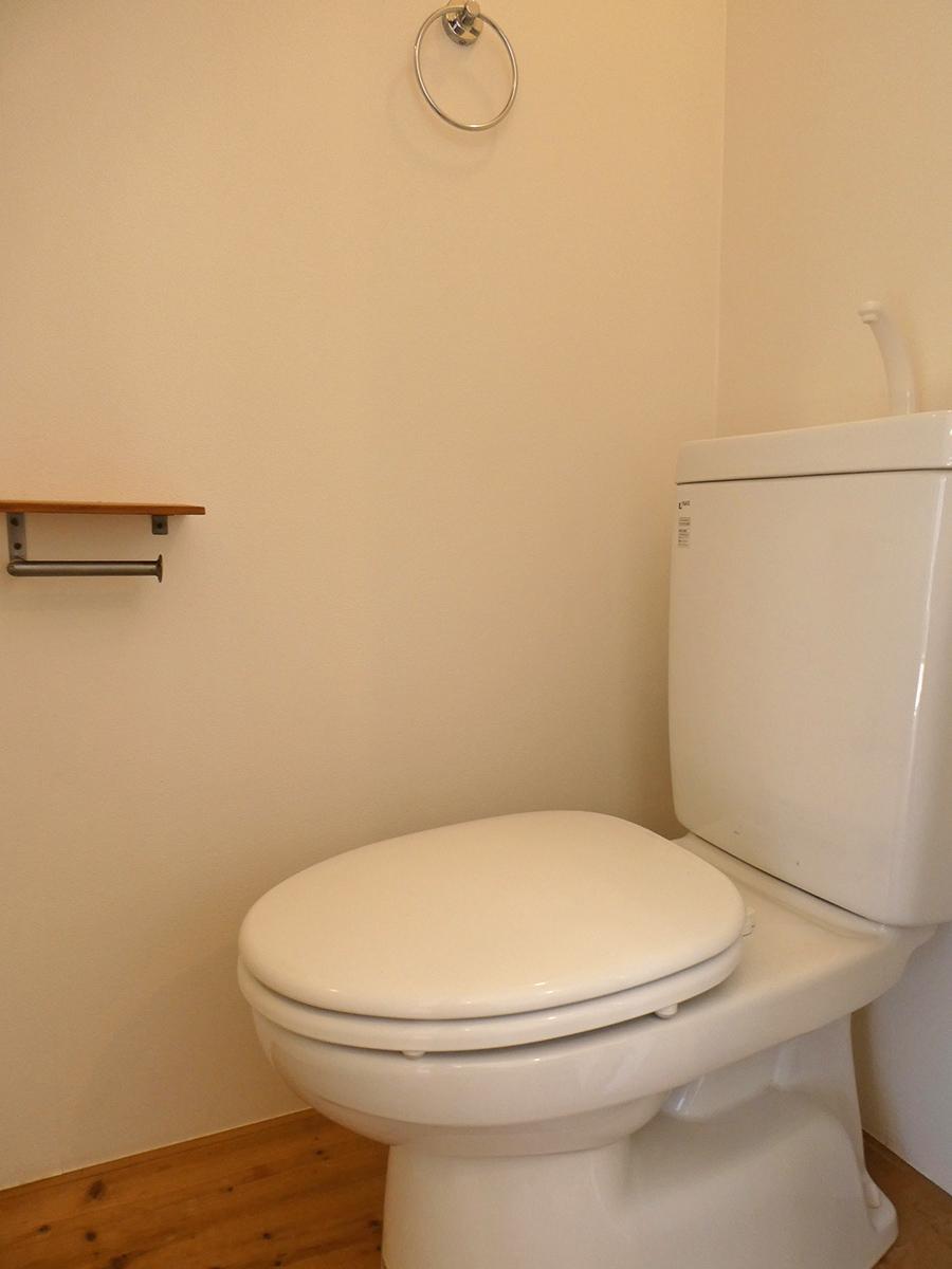 トイレ。左側がすぐにシャワーブースなのでここが脱衣所にもなりそう