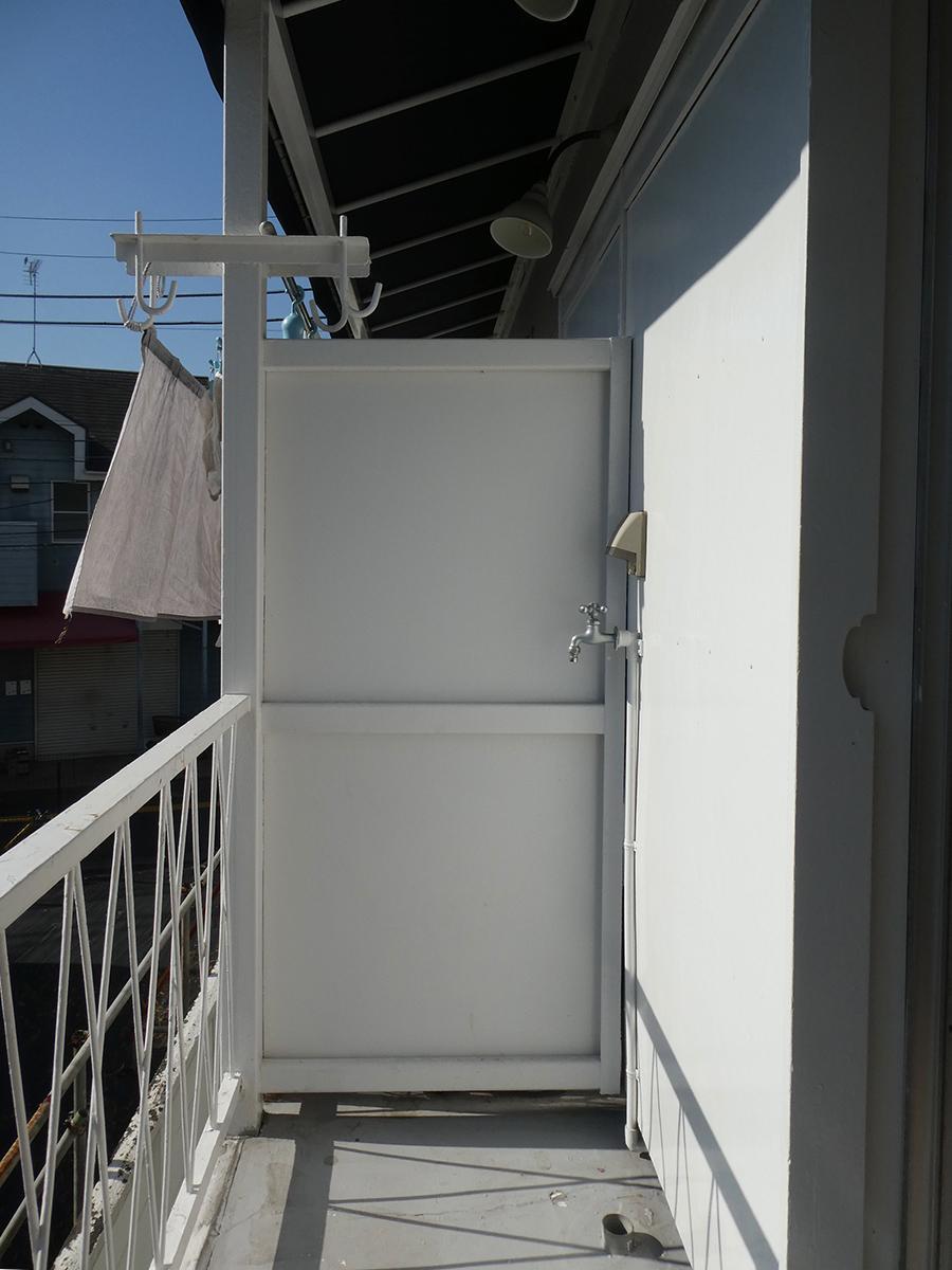 洗濯機置き場は外。ベランダの幅は約70cm