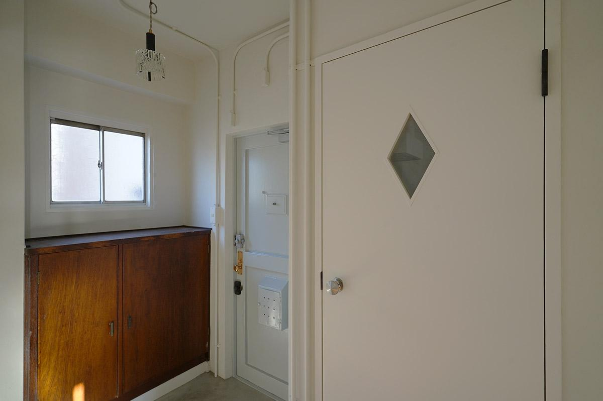 既存の下駄箱とかわいいトイレのドア