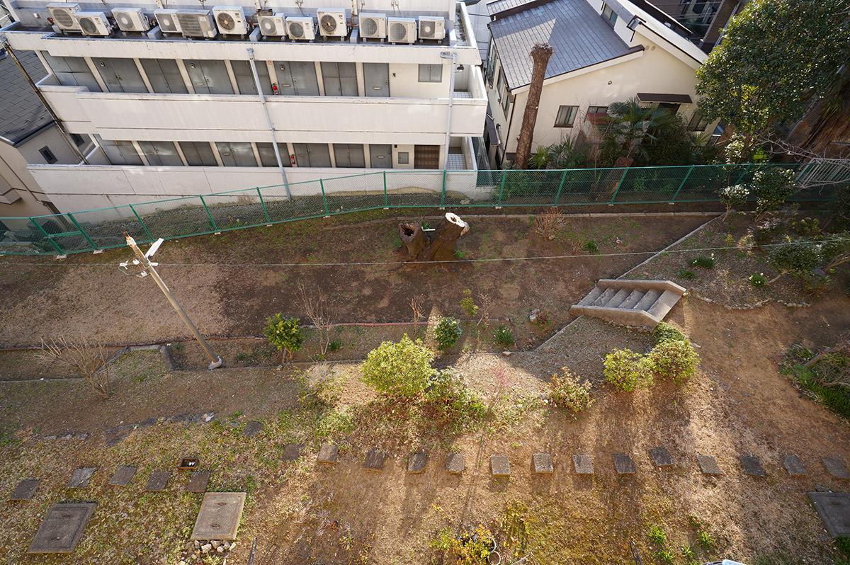 バルコニーから下を除くと共用の庭が