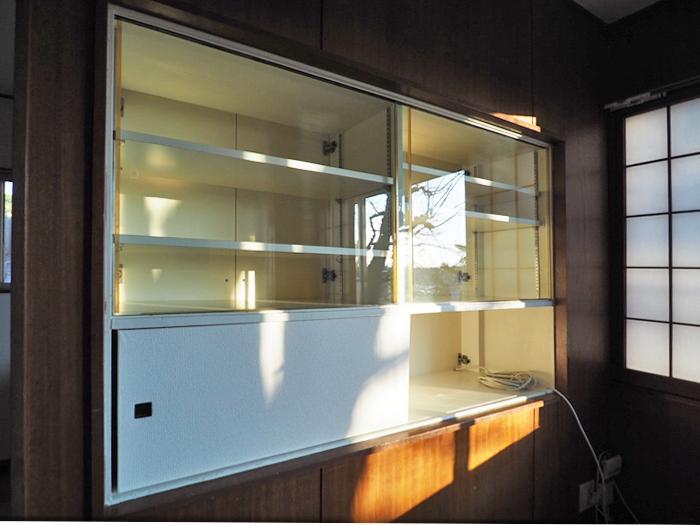 ガラス戸のついた棚がレトロでかわいい