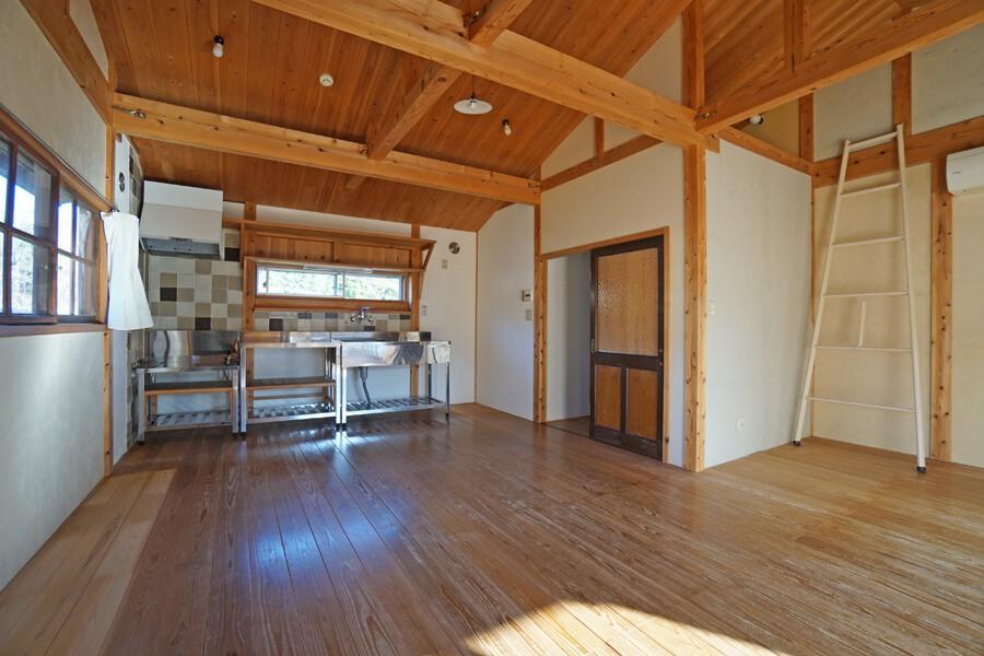 キッチンはステンレスでシンプルなデザイン