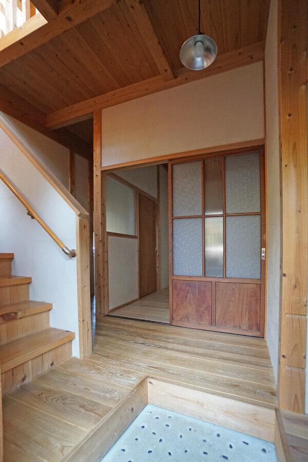 玄関を入ってすぐに雰囲気のある家だとわかるデザイン