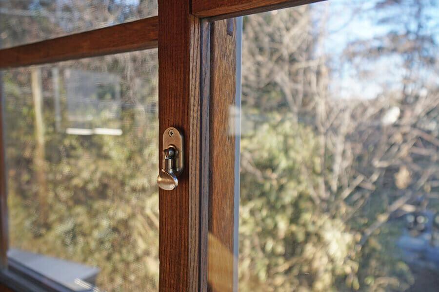 ひとつひとつ違う窓サッシ。鍵はねじ式