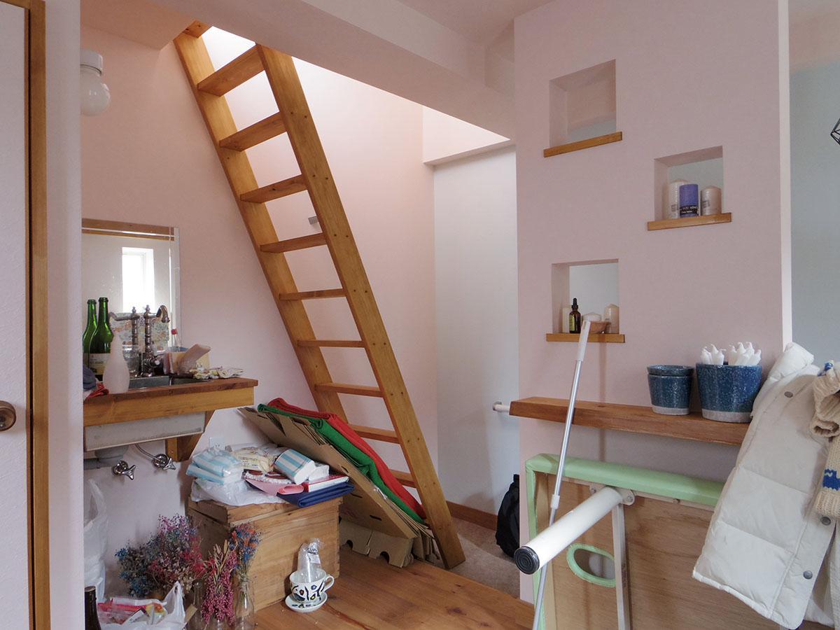 この急な階段を上ると屋上