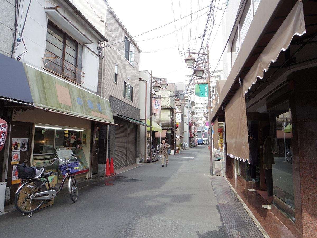 建物からすぐ近くの商店街「田端銀座」。昔ながらの商店が軒を連ねる、懐かしい雰囲気の商店街