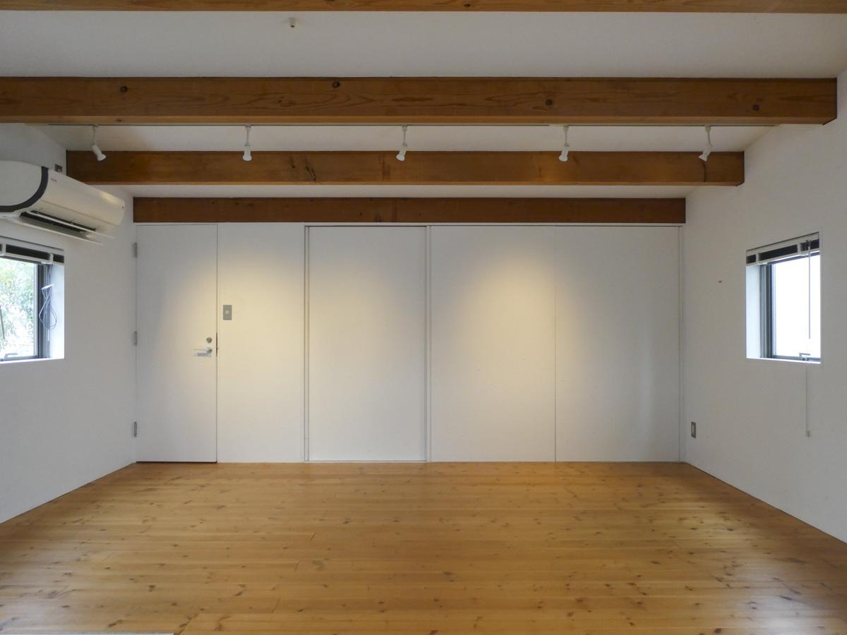 2階洋室。左手扉がトイレ、右側は全面引き戸の収納
