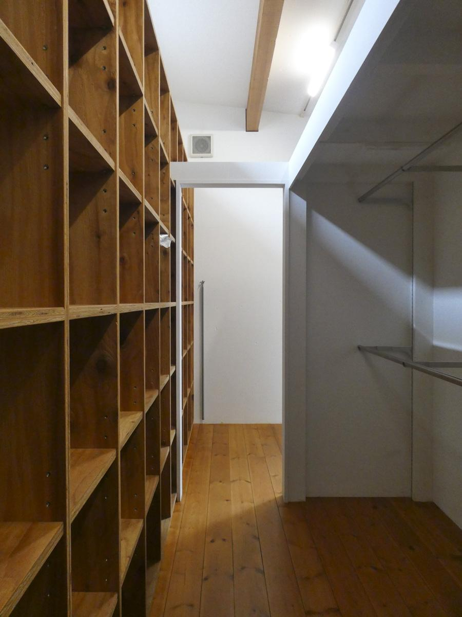 2階クローゼット。壁一面の造作棚がうれしい