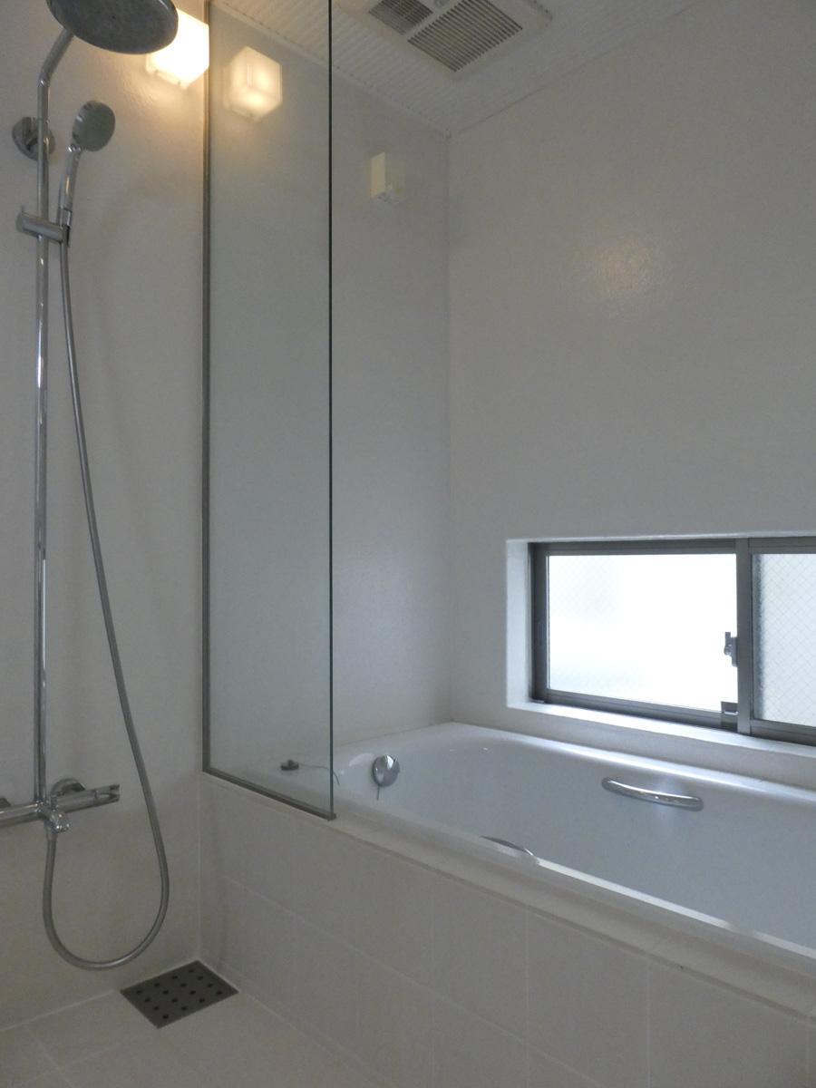 レインシャワー付きの浴室