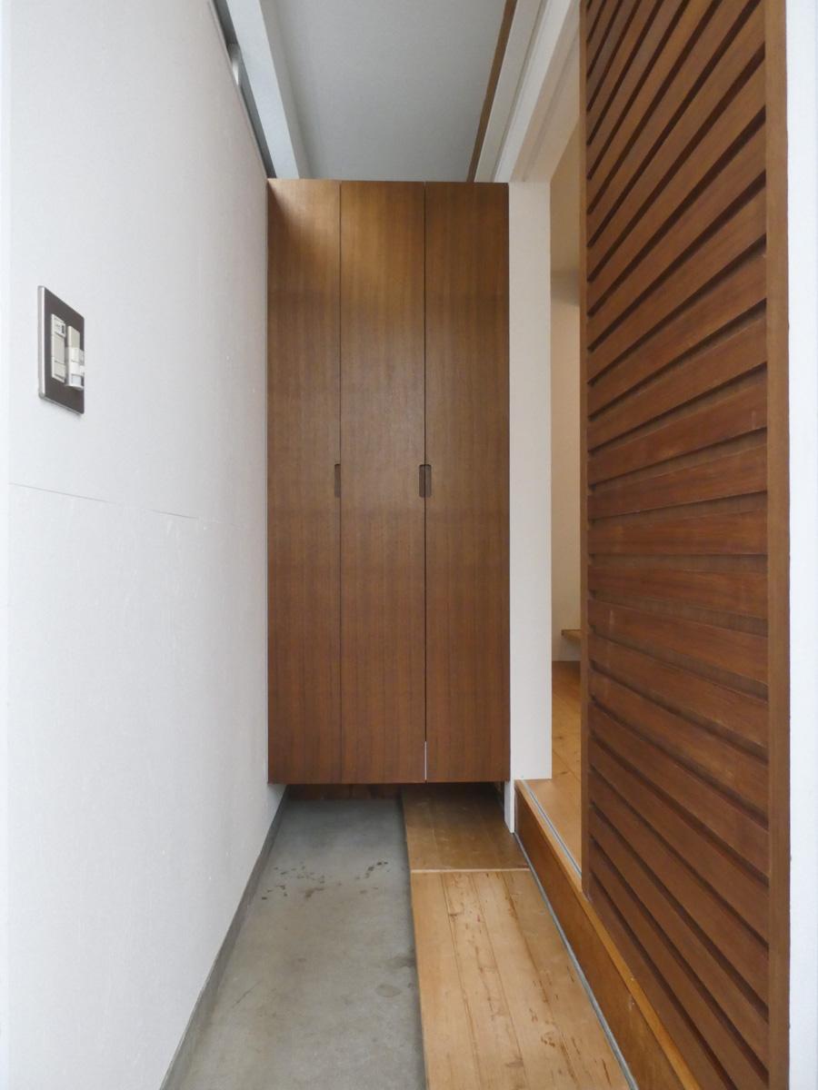 土間仕様のスリムな玄関