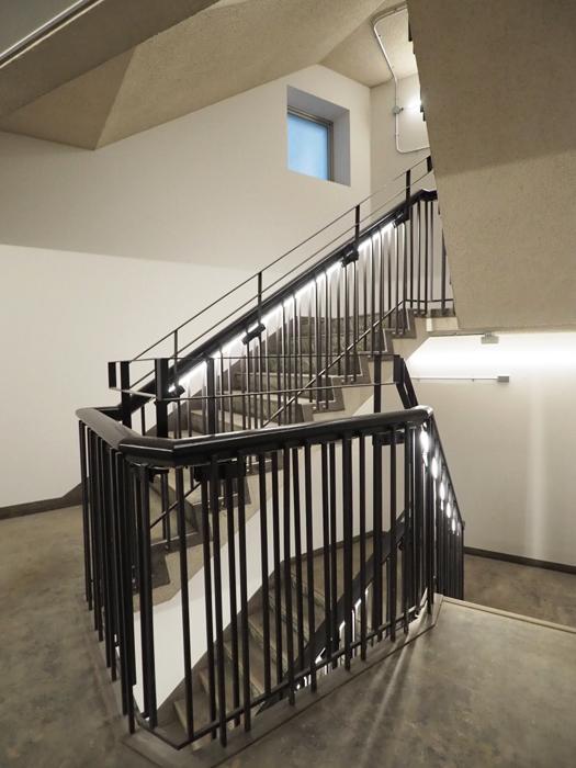 階段室もかっこいい。黒と白、細い照明のラインが建物全体の基調デザインになっている