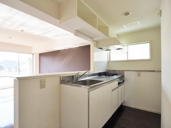キッチン。置き型のコンロが用意されている。シンクの脇が冷蔵庫置き場なので、背の低めのものを置きたいかも