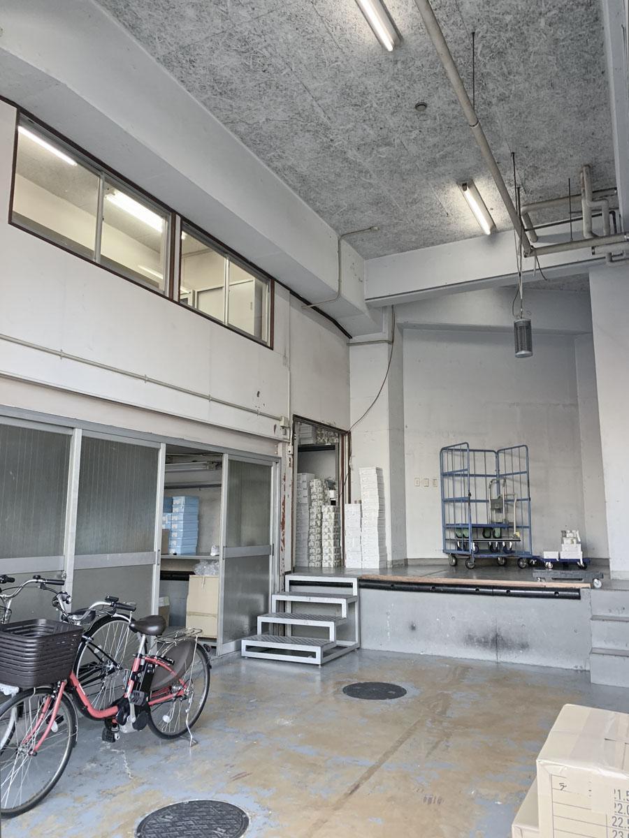 天井高5m超え。中2階を造作しているため、これを撤去することでもっと広くなります