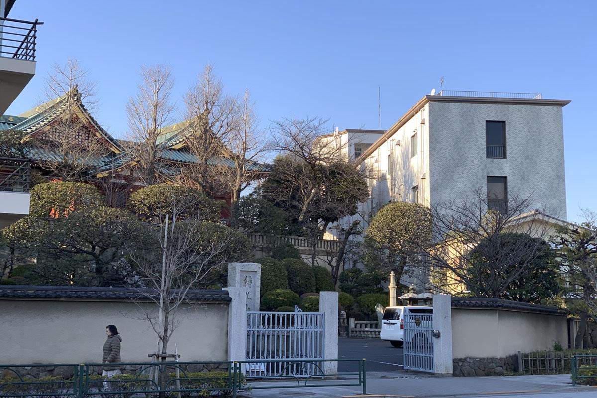 寺院はこちら。右に立つ建物が物件