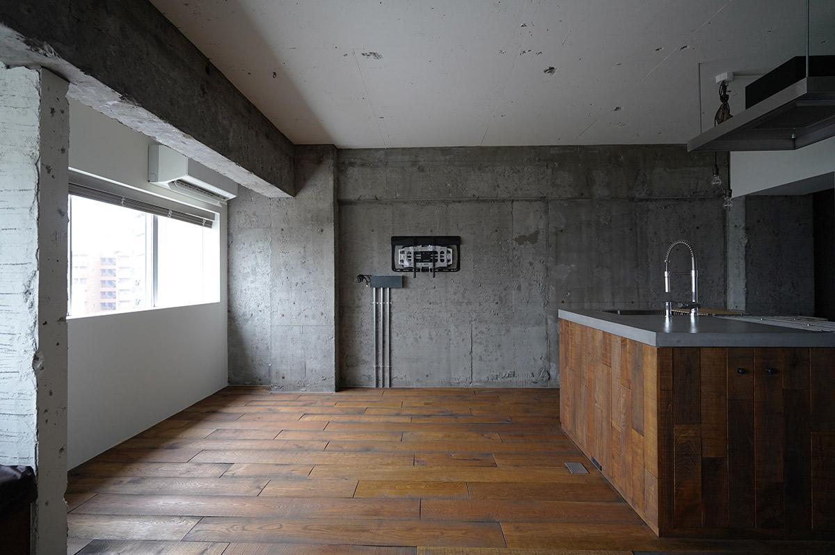 正面の壁にはテレビが壁掛けできるよう配線されています
