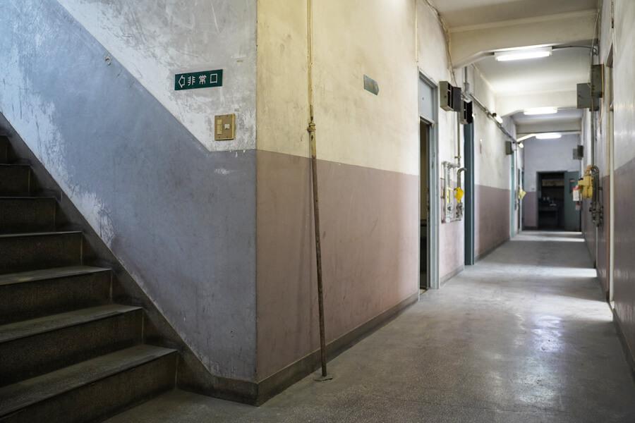 共用廊下は学校みたいな雰囲気。この雰囲気を壊さないように、壁の塗装や照明交換などを行います