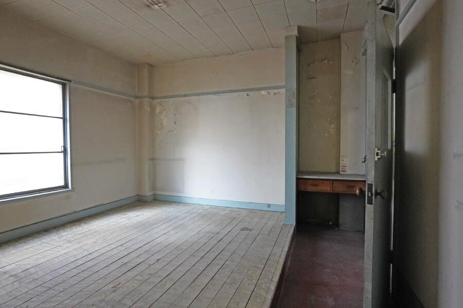 3階の西側の区画は明るめ。一部天井が張ってあるので、好みの部屋を選んでもらえたら
