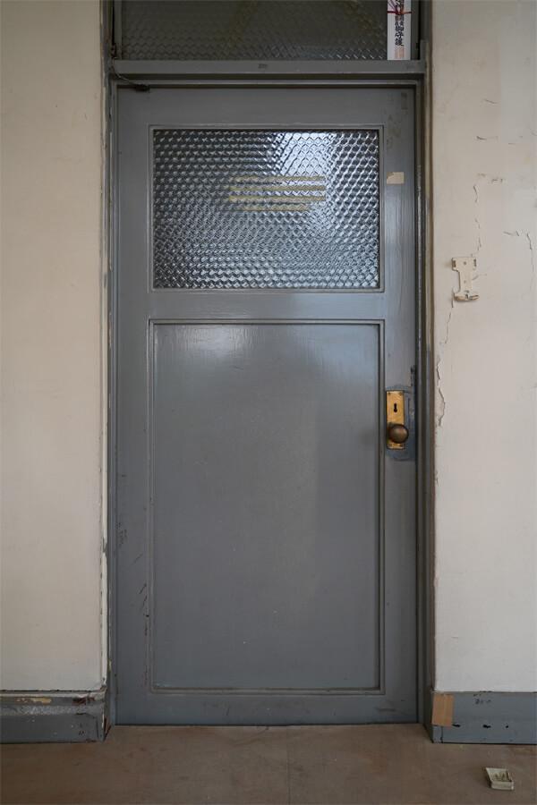 扉は鉄製で雰囲気があります。部屋によって色が違います