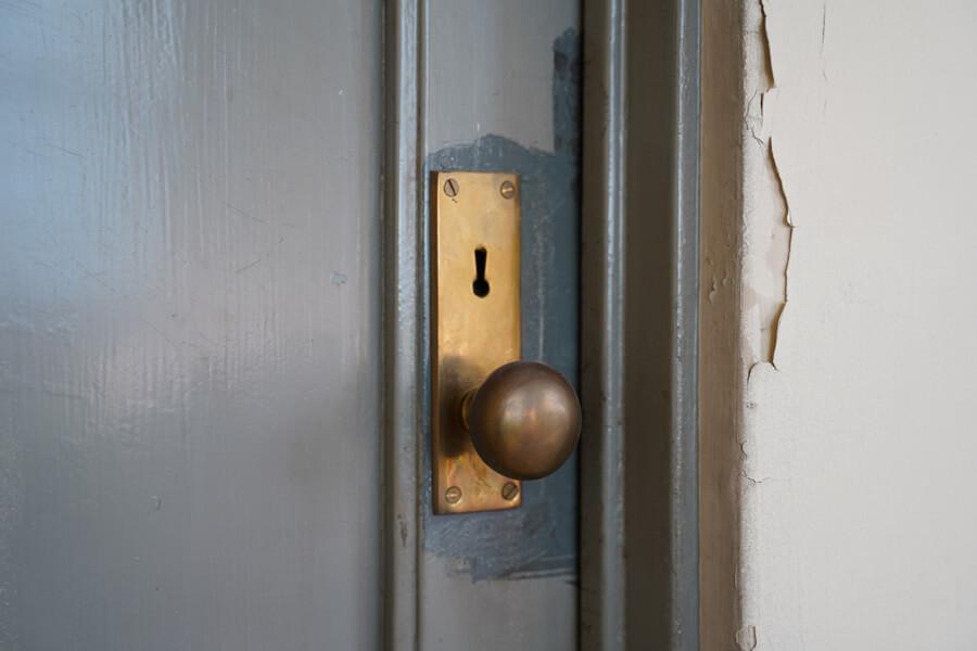 ドアノブは真鍮。使い込まれてます。鍵は使えないので、別に用意します
