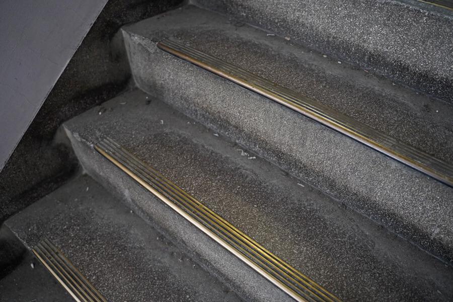 階段の滑り止めも真鍮