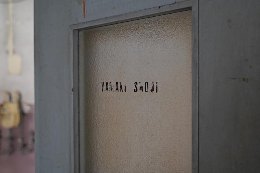 扉のガラスにこんな感じで店の名前を貼ってもいいかもしれません