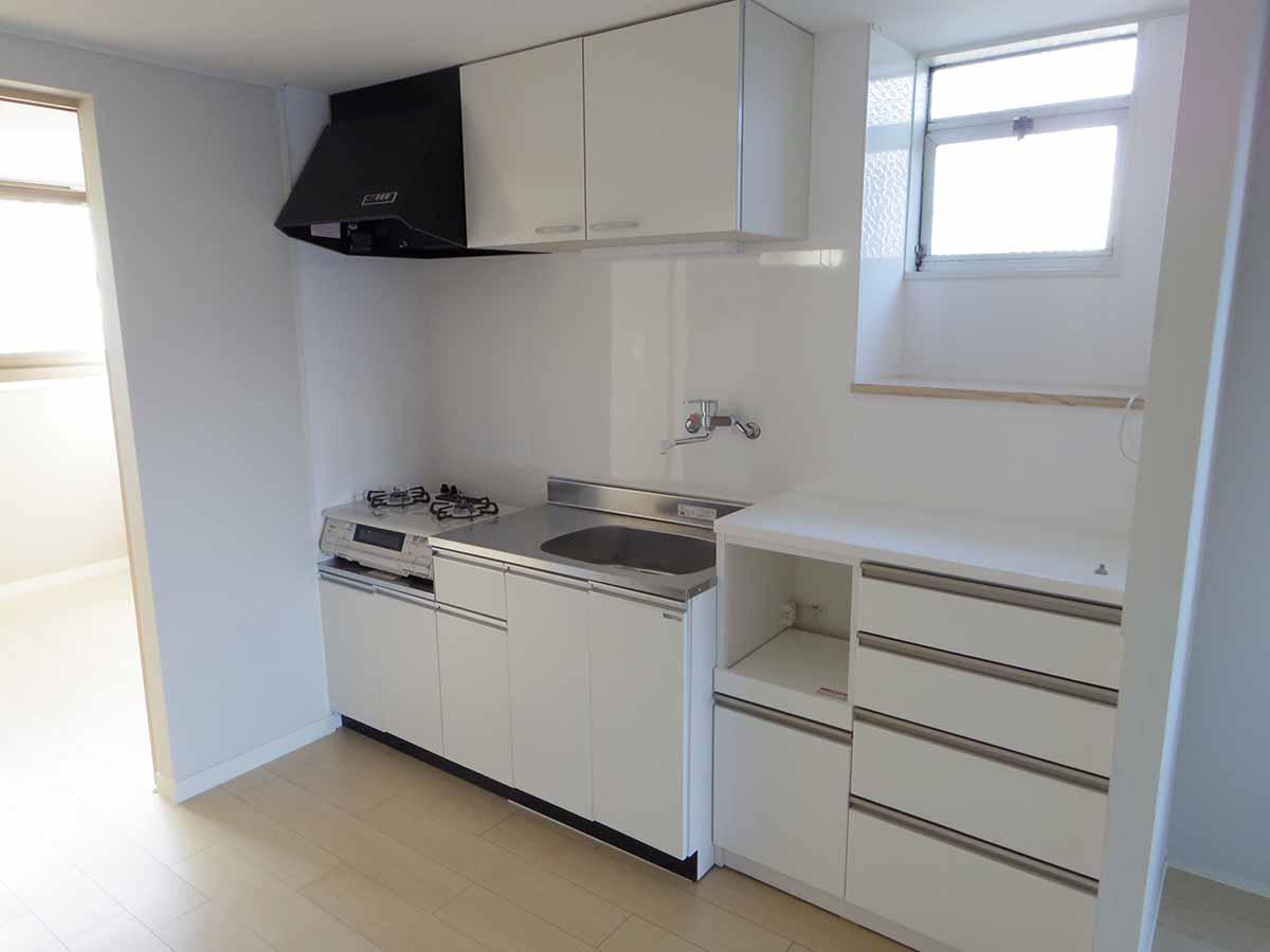 キッチンは清潔感あり、収納も豊富にあり