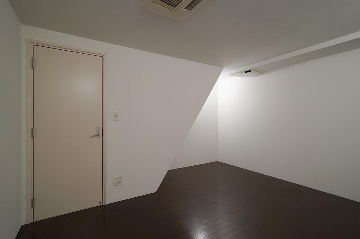 地下には窓が一切なく、天井に換気扇のみがあります