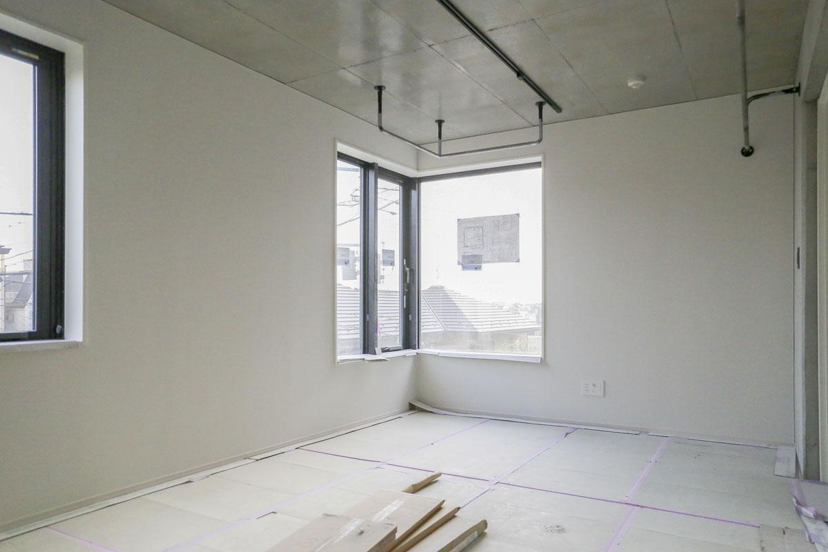 Cタイプの部屋 全てのタイプの床は無垢フローリング(工事中の写真のため、床が養生されています)