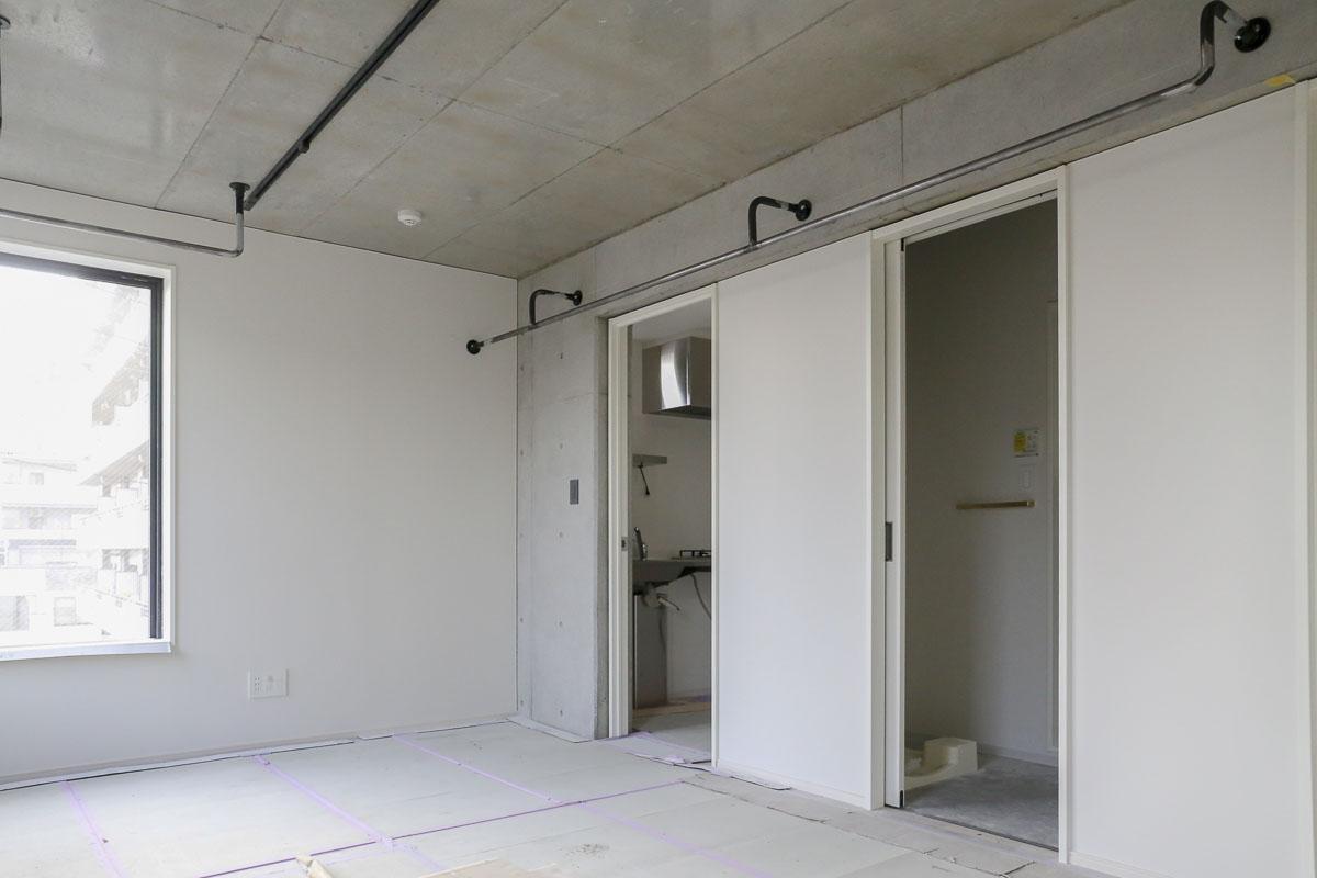 Cタイプの部屋 壁面にはハンガーバーが長く取られている