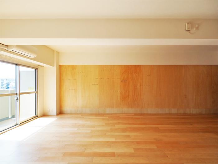 壁一面、シナ合板の有効ボード。好きなものを飾って、空間を彩ってほしい