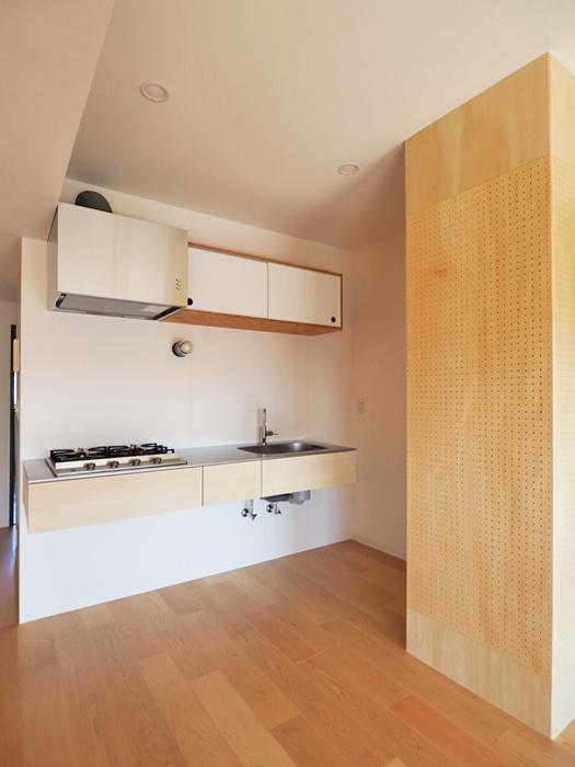 木製キッチンのディテールがかわいい。後ろに作業台を置いて、ゆったりと使えるようにしてもいい