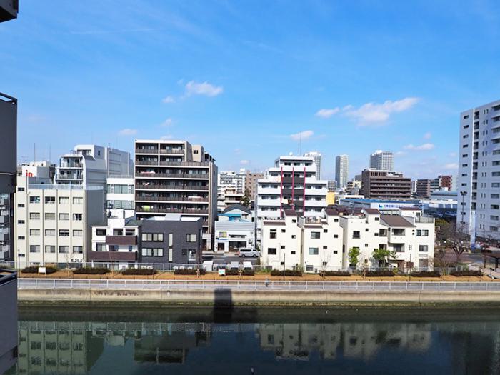 個室側のバルコニーの眺め。仙台堀川沿い。運河の深い水の色に心が落ち着きそう