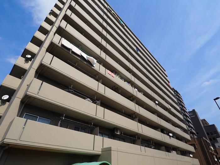 12階建ての大きな集合住宅。メンテナンスがしっかりしていて共用部がとてもきれい