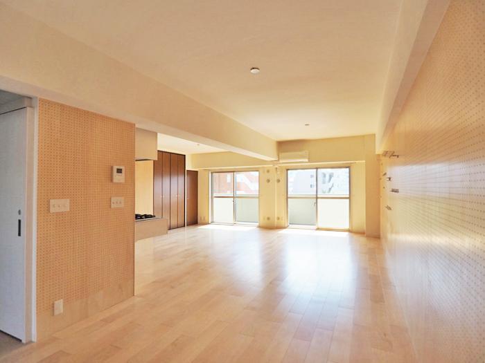 玄関からワイドに広がるリビングは約22.7畳でゆったりとした広さ