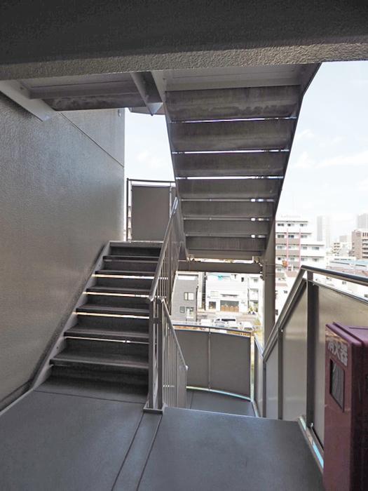 エレベーターは各階に止まらないので、階段を一つ降りてからエレベーターに乗るかたち