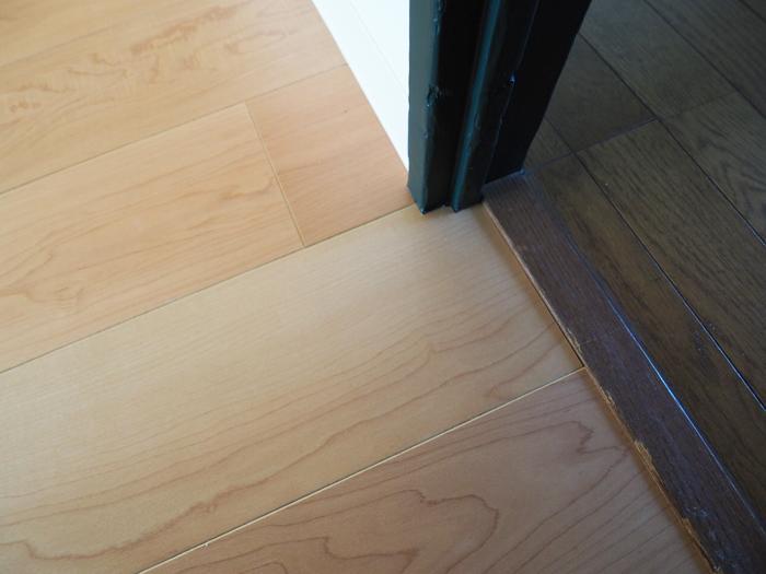 リビングの床は新規に張り替え。吸音性のあるすこしフカフカしたタイプのもの