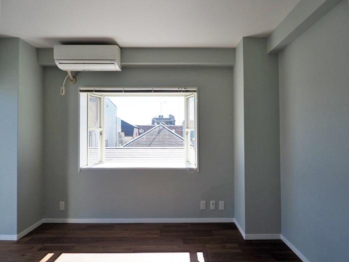 寝室。出窓がかわいい
