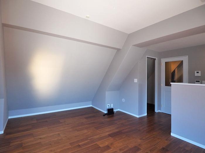 リビング。1/3ほどが勾配天井。低い棚を置くなどしてレイアウトの工夫をしたらよさそう