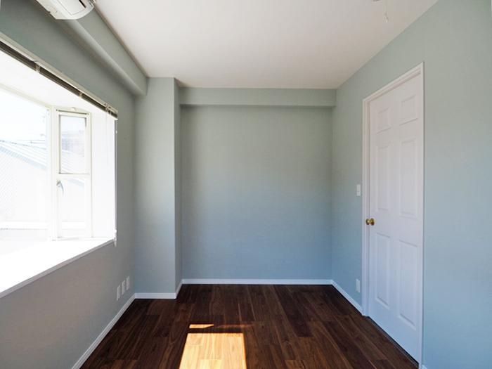 パステルカラーの壁と白いドアがかわいらしい