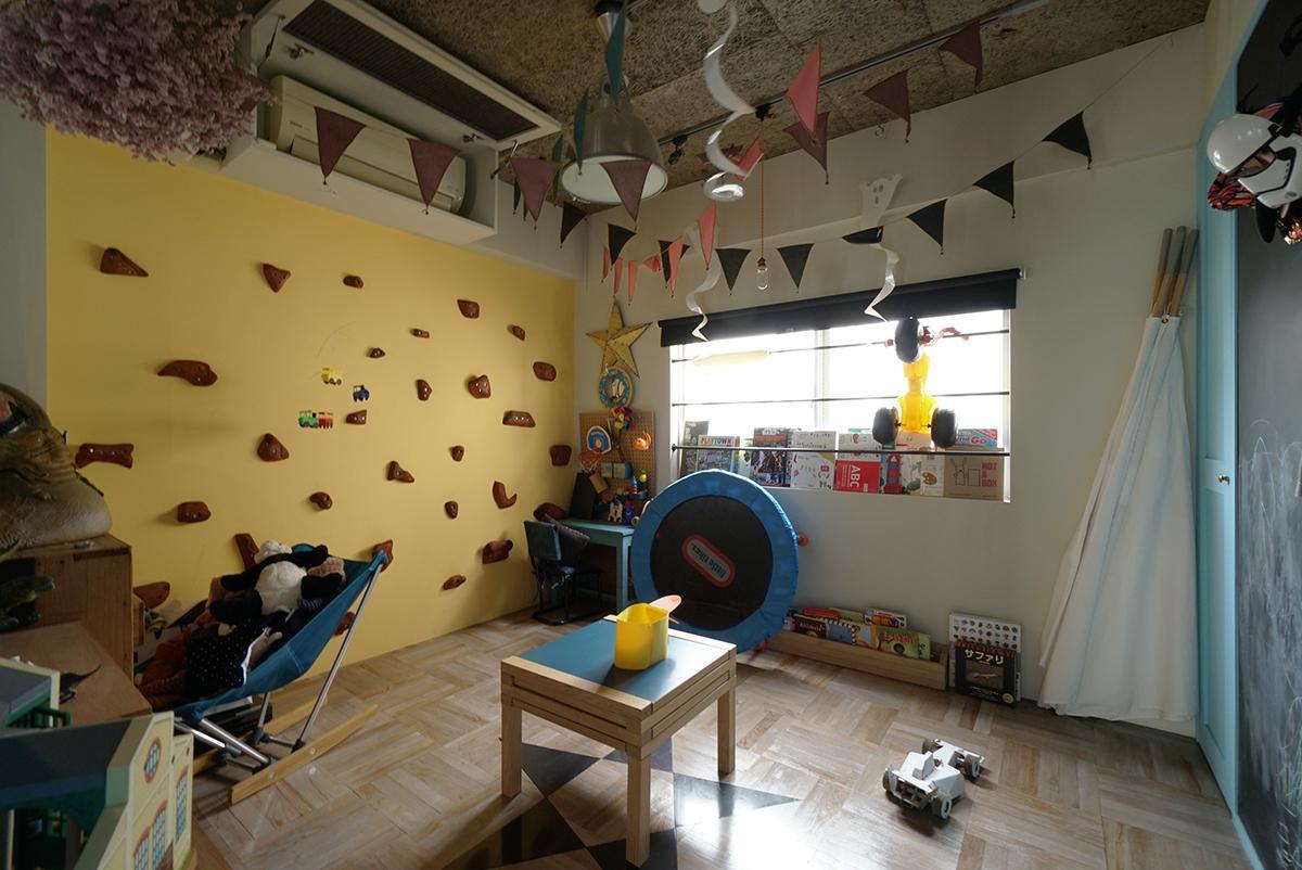 壁面には遊びゴコロでボルダリングができる仕様に