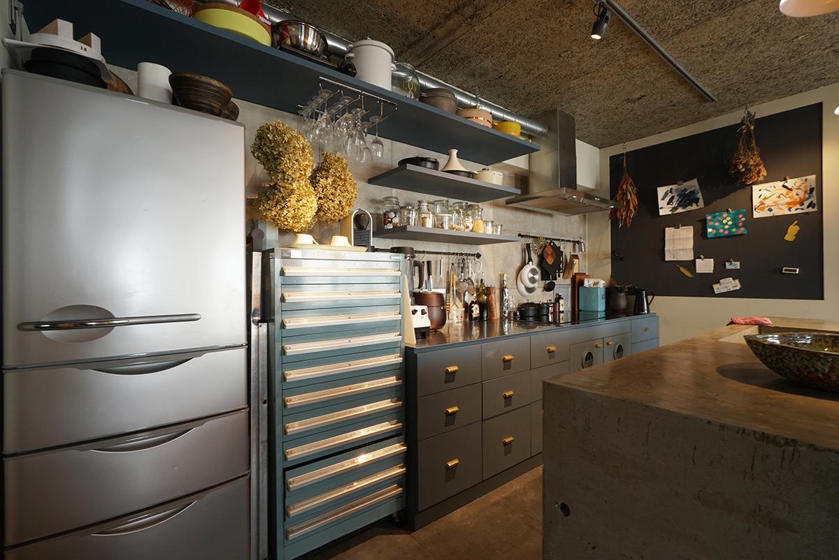 キッチン背面に造作したキャビネットはショップの什器のようです