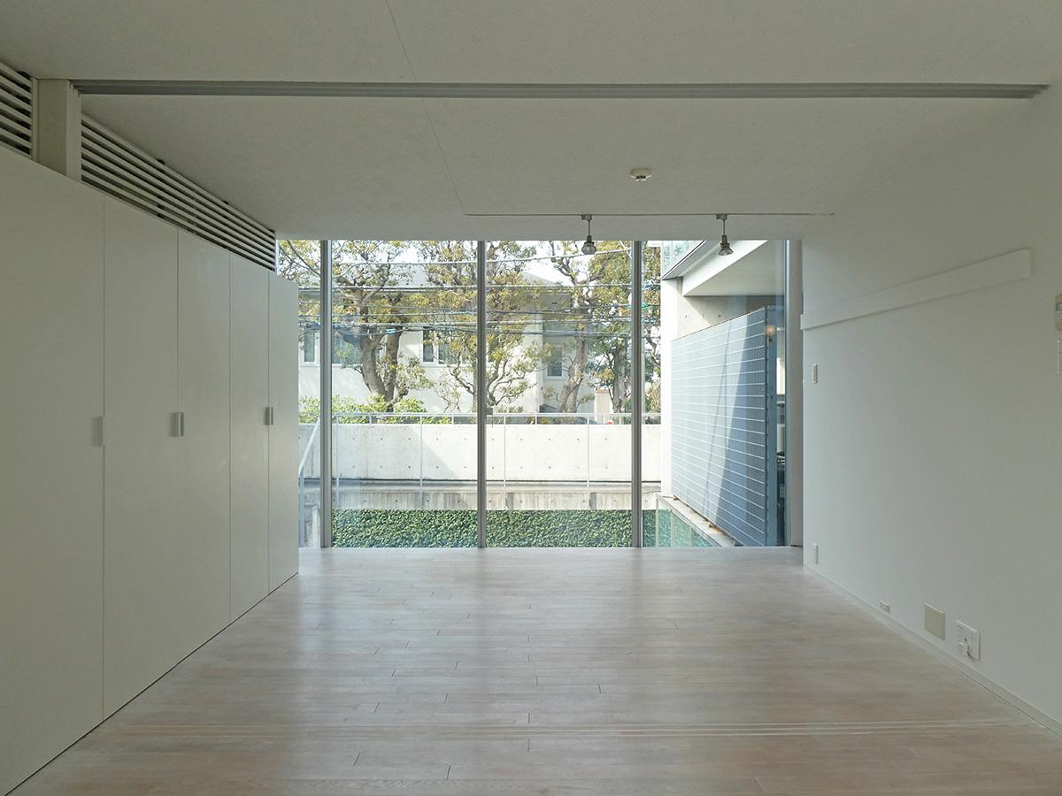 洋室を別角度から。北西側にも吹き抜けが。部屋の中央には可動式の間仕切りがある